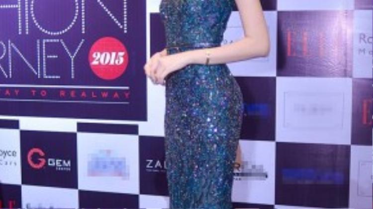 Hoa hậu Đặng Thu Thảo khoe cây hàng hiệu đắt tiền. Người đẹp thanh lịch và kiêu sa.