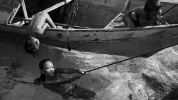 Trẻ con thỏa sức chơi trên thuyền. Những người Badjo cảm thấy thoải mái dù dưới sự quản lý của đàn ông hay phụ nữ.