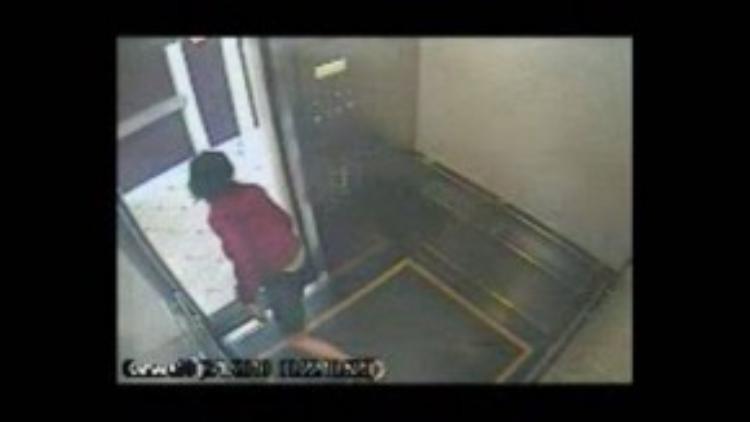 Sau đó cô chạy ra chày vào liên tục vì không thấy thang hoạt động.