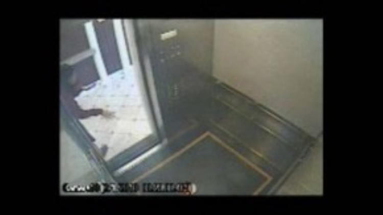 Lam còn sử dụng một số ngôn ngữ cơ thể khi đứng ngoài thang máy nên rất có thể cô đã nói chuyện với ai đó.