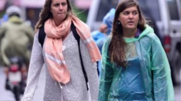 Linda (trái) đến từ Anh quốc cho biết, cô và bạn sang Việt Nam được 3 ngày. Hôm nay cô phải lên phố mua chiếc khăn quàng cho đỡ lạnh.