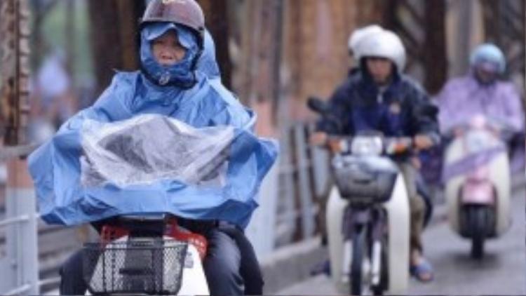 Sáng 10/10, cơn mưa phùn tiếp tục đổ xuống Hà Nội. Mưa cùng thời tiết lạnh giá khiến hầu hết mọi người đều trang bị quần áo ấm khi ra đường.