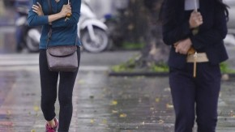 Có người vẫn co ro vì lạnh do mặc không đủ ấm. Hình ảnh ghi lại trên đường Đinh Tiên Hoàng sáng 10/10.