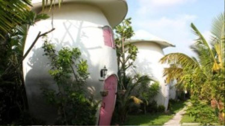 Trang trại còn có khu nhà hình nấm độc đáo cho khách nghỉ dưỡng với mức giá 800.000-1,5 triệu đồng mỗi ngày đêm.