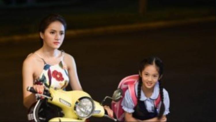 """Không những chiếm được cảm tình của người lớn mà ngay cả diễn viên nhí Đông Nghi, cũng rất quí """"dì ba"""" Hương Giang. Chính vì thế, sau khi phim đóng máy, họ từ dì cháu trên phim cũng trở thành dì cháu ngoài đời."""