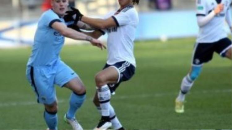 """Sao trẻ Mathias Bossaerts cũng được siêu mẫu khen """"đá sân sau"""" không kém đàn anh MU."""