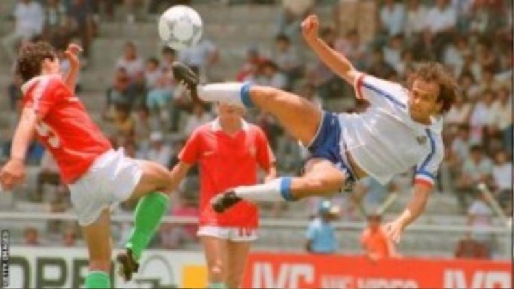 Cú bay và sút bóng khá đẹp của ông thời còn xỏ giày cầu thủ.
