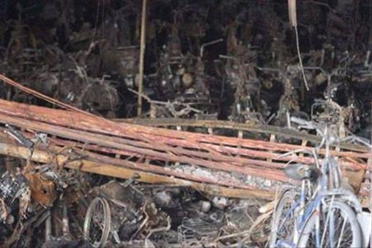 200 xe máy, 1 ô tô bị thiêu rụi trong vụ cháy chung cư Xa La