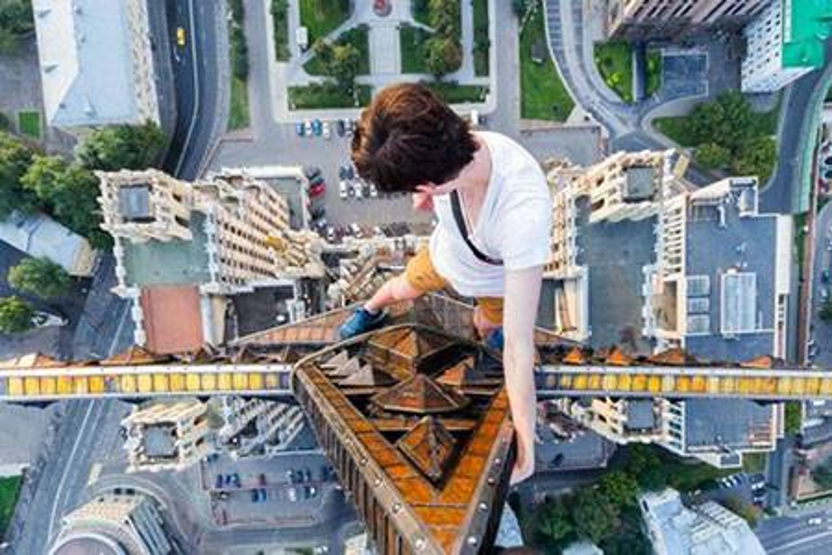 Rùng mình nam thanh niên leo nóc tòa nhà 126m để chụp ảnh ngủ gật