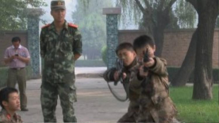 """""""Thời gian gần đây, tình trạng nghiện game đã trở nên báo động, gây ảnh hưởng sâu sắc đến đạo đức xã hội. Nhưng ở đây không đứa trẻ nào được phép sử dụng bất kỳ thiết bị điện tử nào"""", ông Jiang - người sáng lập ra trại này nói với tờ RT."""