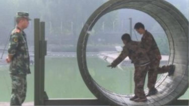 """""""Ở đây không tập trung chuyện nhồi nhét lý thuyết vô bổ. Phụ huynh muốn những đứa trẻ này học tập được tính kỷ cương trong quân đội. Họ nghĩ như vậy sẽ rất tốt cho sự phát triển của chúng"""", ông Jiang chia sẻ."""