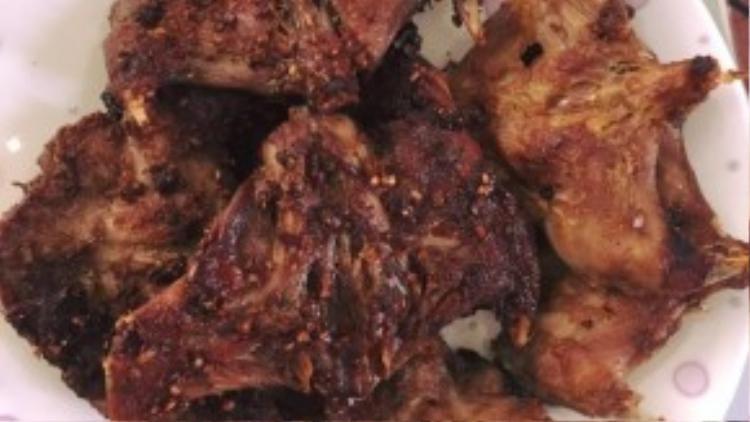 Bữa cơm đạm bạc của Ngọc Trinh còn có món thịt chuột muối sả chiên giòn. Đây là món đặc sản được người miền Tây ưa chuộng.