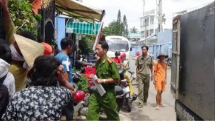 Lực lượng công an tiến hành xử lý vụ việc - Ảnh: NG.NAM