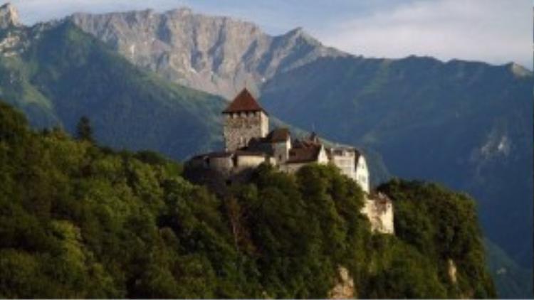 Liechtenstein: Nằm trên một ngọn đồi ở Vaduz, lâu đài Vaduz là nơi sinh sống của hoàng tử Hans-Adam II. Vào ngày quốc khánh của Liechtenstein (15/8), một buổi lễ lớn được tổ chức ở sân lâu đài, người tham gia sẽ được mời vào vườn dùng bữa.