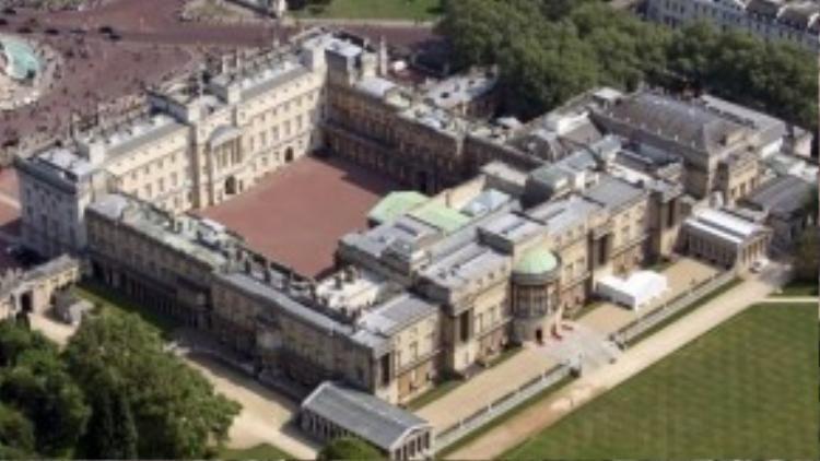 Anh: Về cơ bản Nữ hoàng Elizabeth II không phải người lãnh đạo đất nước, nhưng bà bẫn sống ở điện Buckingham, London, nơi ở của hoàng gia Anh từ năm 1837.