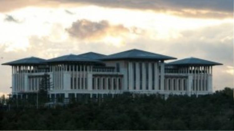 """Thổ Nhĩ Kỳ: Đương kim thủ tướng của Thổ Nhĩ Kỳ, ông Recep Tayyip Erdogan, đang sống ở Ak Saray, hay còn gọi là """"lâu đài trắng"""" ở Ankara. Chi phí xây dựng cung điện này lên tới 615 triệu USD. Ak Saray có hơn 1.100 phòng, lớn hơn Nhà Trắng và điện Versailles."""