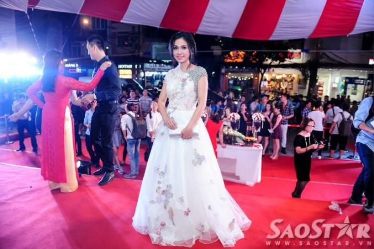 Vắng Việt Trinh, Đức Hải hôn Khánh My đắm đuối trên thảm đỏ