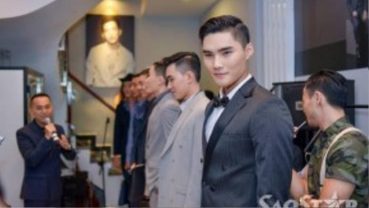 Quang Hùng cùng các người mẫu trình diễn bộ sưu tập mới của nhà thiết kế.