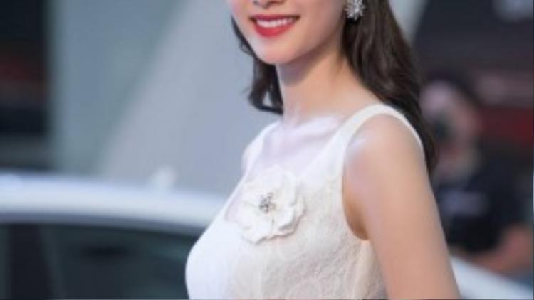 Chiều 12/10, Đặng Thu Thảo đã có mặt ở Hà Nội để dự một sự kiện của hãng xe cô làm đại sứ. Xuất hiện trong chiếc đầm trắng tinh khôi, Hoa hậu Việt Nam 2012 đẹp thanh lịch ở mọi ánh nhìn.