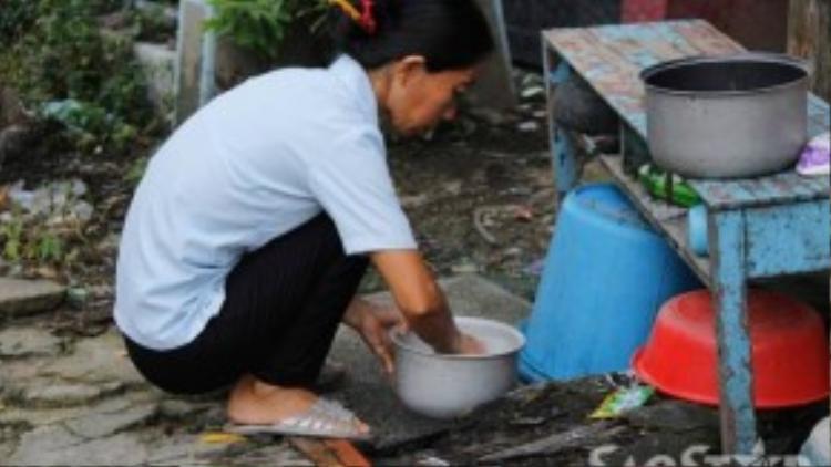 Nguồn nước gia đình chị sử dụng nấu ăn được bơm từ bể nước mưa của nhà hàng xóm.