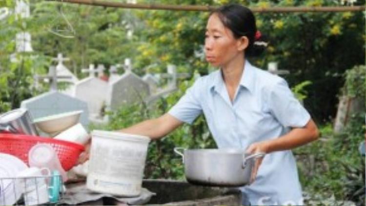 Mọi sinh hoạt, ngủ, tắm, giặt giũ, nấu ăn của gia đình chị Liên đều nằm trong khu nghĩa địa.