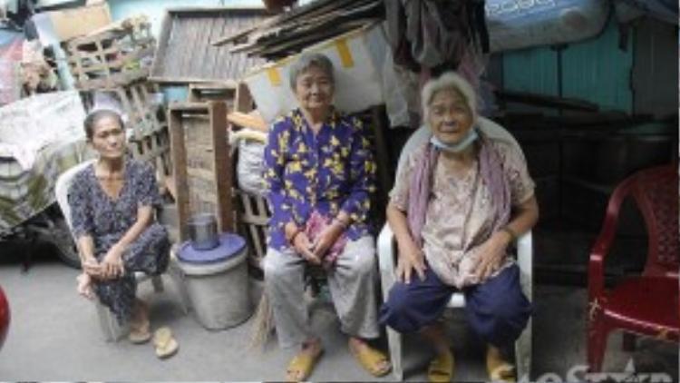 Góc vỉa hè chật hẹp là nơi 3 cụ bà sống hơn 50 năm.