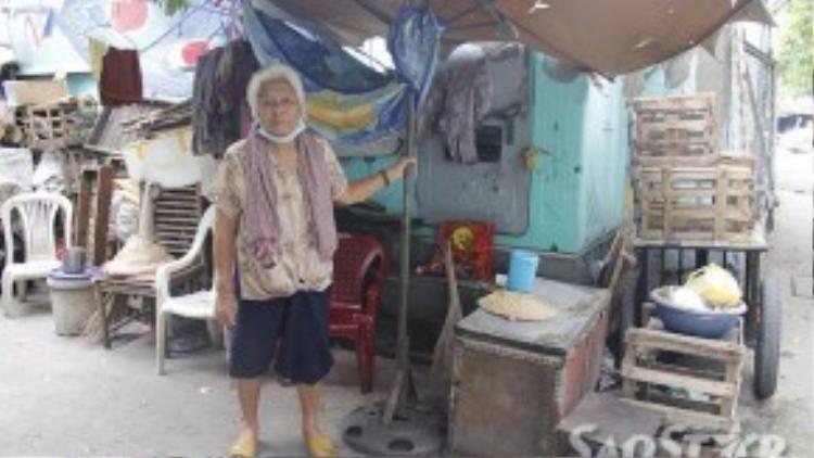 Đã 86 tuổi, bà Trắng chỉ mong một ngày được ở trong ngôi nhà có 4 bức tường che mưa.