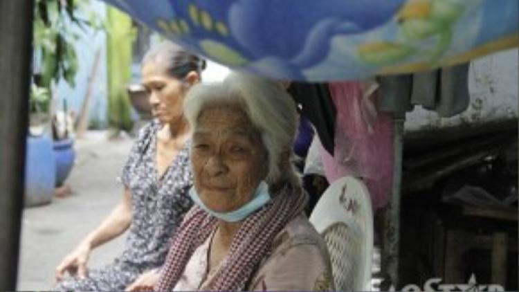 Ngày trời nắng gắt bà Xuân dung cái mền che tạm bên trên để làm chỗ ngồi cho bà Trắng.