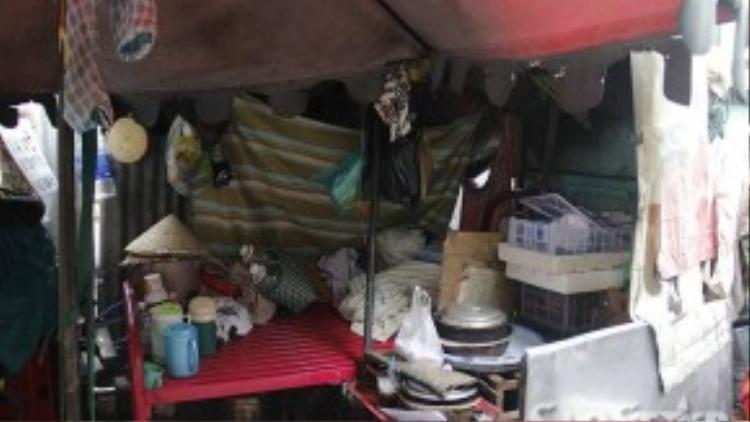 Bên trong căn lều, chiếc giường là nơi ngủ của bà Trắng vừa là nơi để đồ đạt.