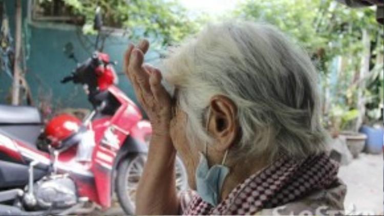 """Giọt nước mắt bà Trắng chảy dài khi nghĩ đến những ngày cuối đời """"không có nơi để hòm"""" - như lời bà nói."""
