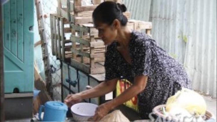 Bà Xuân tuy tuổi cũng đã cao nhưng vẫn cố gắng đi làm kiếm tiền chăm lo cho mẹ và dì.