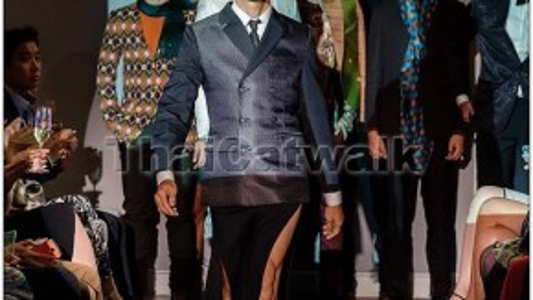 Không chỉ mặc váy xẻ hai bên tà, Davis còn trình diễn catwalk gợi cảm không thua kém bất kì chân dài nào.