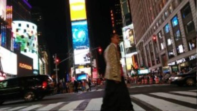 Sải bước trên đường phố New York bằng đôi giày cao gót.