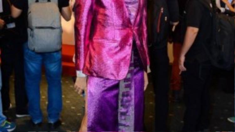 Lần đầu tiên tham gia VIFW, Davis đã gây sốc khi diện vest và váy xẻ tà với chất liệu ánh kim màu tím sen khá bắt mắt nhưng lại gây nhiều tranh cãi.
