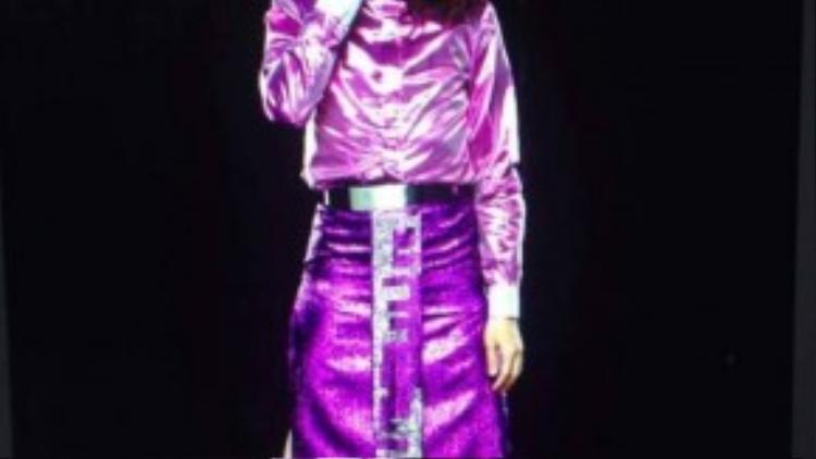 Những chiếc váy xẻ tà có màu sắc rực rỡ luôn là lựa chọn của NTK này. Thậm chí anh còn đội tóc giả và trang điểm như nữ giới.
