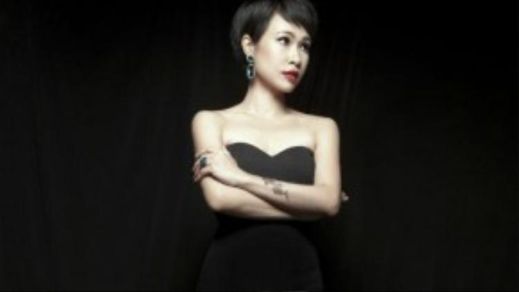 Mặc dù không phát hành nhiều sản phẩm âm nhạc song những ca khúc của Uyên Linh như Chờ người nơi ấy, Buồn, Chiếc lá mùa đông, The Colors of Vietnam… đều đón nhận phản hồi tích cực từ người nghe và được giới chuyên môn đánh giá cao.