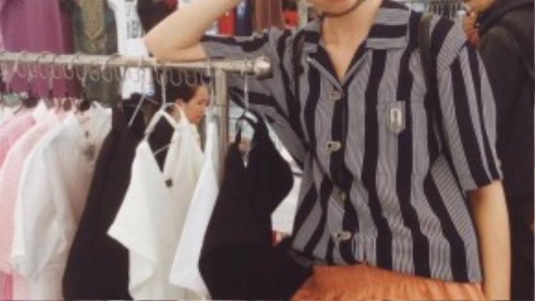 Phan Linh cùng gian hàng bán quần áo tại hội chợ.