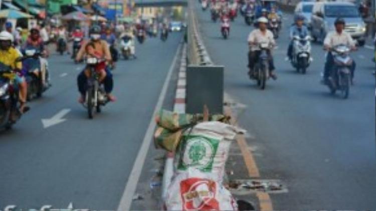2 túi rác lớn nằm chễm chệ ngay ở dãi phân cách của cầu vượt Cây Gõ suốt nhiều ngày. Nhiều người dần biến những cây cầu thành bãi rác mà không nghĩ rằng việc rác thải nằm ở những cây cầu không chỉ gây ảnh hưởng tới mỹ quan đô thị mà còn gây nguy hiểm tới người đi đường.