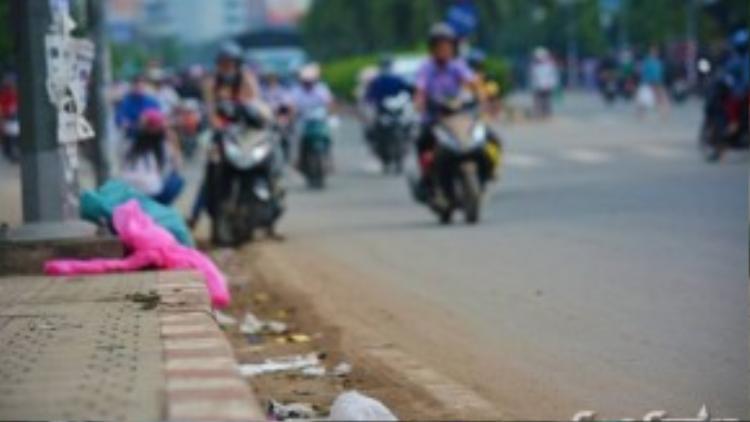 Các túi rác lớn có, nhỏ có nằm yên vị trên cầu. Nhiều người chạy xe máy ngang qua, thẳng tay vứt lại các túi rác được bọc sẵn trong túi ni lông rồi nhanh chóng phóng xe đi, hồn nhiên bỏ quên cả ý thức và văn hóa của mình ở lại.
