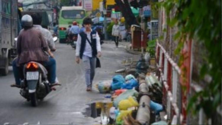 Người đi bộ phải đi xuống lòng đường để né rác tại Cầu Hang ( Gò Vấp).