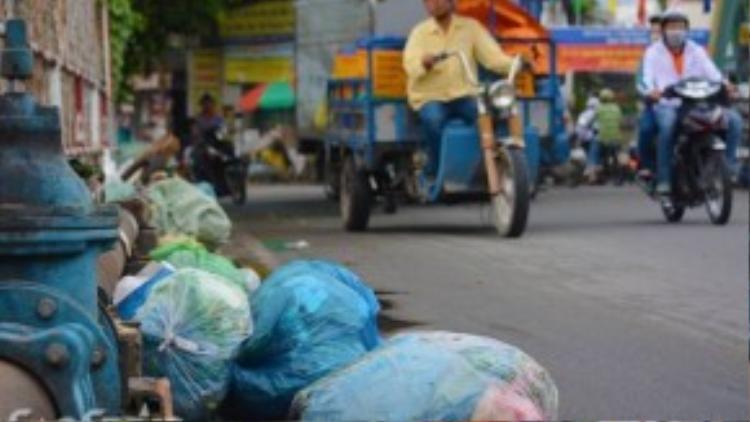 Nhiều hộ dân sống gần cầu Hang cho biết thì mỗi đêm đều có lực lượng vệ sinh môi trường dọn rác sạch sẽ, nhưng sáng hôm sau thì mọi chuyện đâu lại vào đó. Nhiều người chọn ban đêm làm thời gian thể hiện sự kém văn minh của mình, chỉ vì tiếc vài chục ngàn tiền đổ rác.