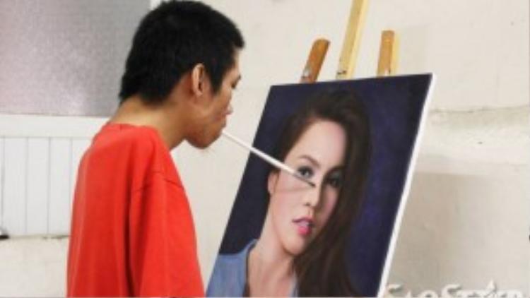 Những bức tranh sơn dầu được anh vẽ bằng miệng khiến nhiều khách hàng thích thú.