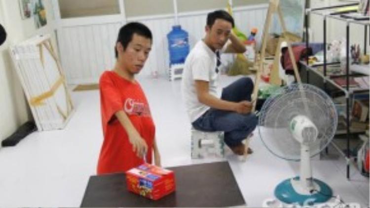 Học trò của Châu thường là các em nhỏ người nước ngoài và thanh niên.