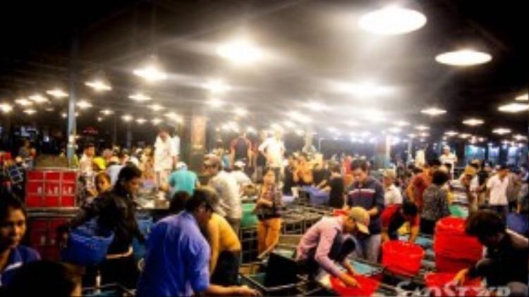Khi thành phố đang say ngủ, chợ Bình Điền vẫn nhộn nhịp theo cách riêng của mình.