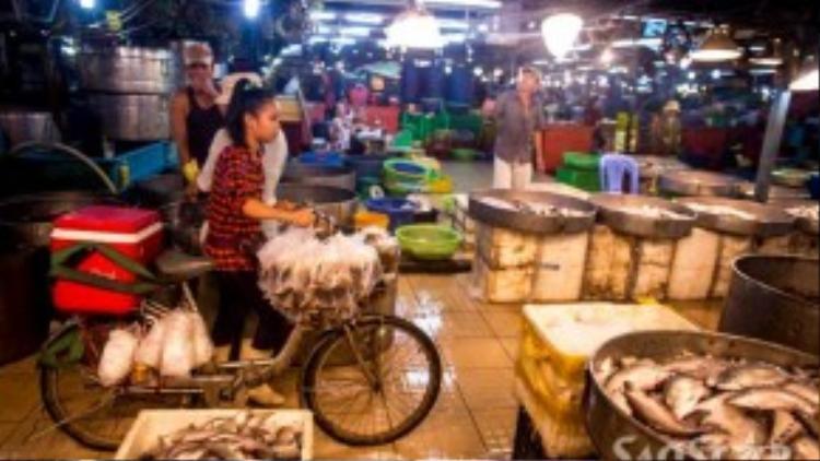 Trong chợ lúc nào cũng có người chuyên đi bán nước uống và đồ ăn để phục vụ cho các công nhân khi họ có nhu cầu. Cà phê là món thức uống ưa thích vì giá thành rẻ và giúp tỉnh táo.