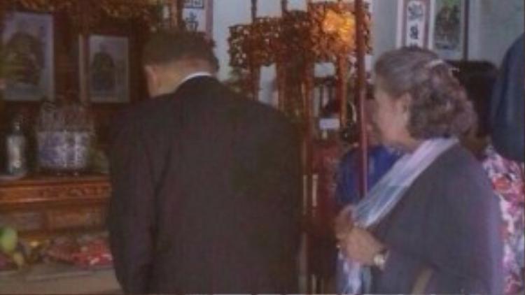 Ông Ban bâng hương phía trong nhà thờ.