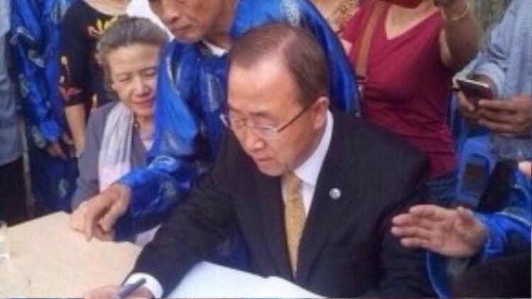 Ông cẩn thận xem xét gia phả bằng tiếng Hán của dòng họ Phan và ghi chép lại những chi tiết cần thiết.