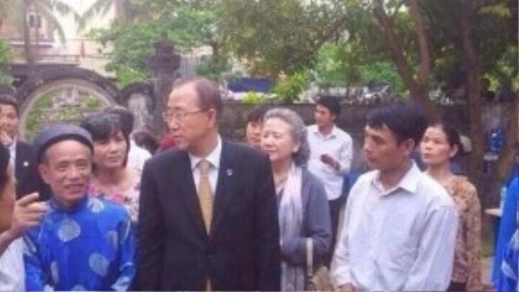 Ông Ban Ki-moon xuất hiện tại nhờ thờ họ Phan Huy vào chiều 23/5.