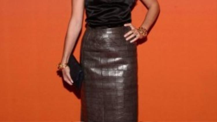 Dưới mắt nhìn của người mẫu Julia Restoin Roitfeld, ngay cả khi đứng trên thảm đỏ thì phụ nữ Pháp vẫn giữ mọi thứ thật đơn giản. Họ say đắm những gam màu trung tính như: be, xanh navy, xám, trắng, đen. Không cần trang phục phải quá sexy nhưng từ dáng đi đến phong thái của họ cũng đủ để toát lên vẻ gợi cảm.