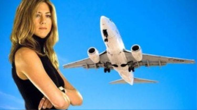 Ngôi sao của phim truyền hình Friends - Jennifer Aniston - cũng không phải ngoại lệ. Cô luôn bước chân phải vào máy bay trước. Cô cũng gõ vào thân máy bay để lấy may.